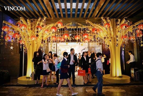 """Vincom Center Đồng Khởi thu hút khách hàng """"check in"""" bên Cây Nguyện Ước"""