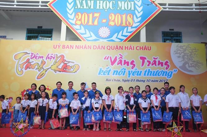 Trao quà cho các em học sinh tại Đà Nẵng