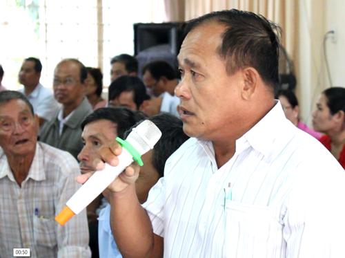 Cử tri kiến nghị với Bí thư Thành uỷ Nguyễn Thiện Nhân và các thành viên trong tổ Đại biểu Quốc hội. Ảnh: Nguyễn Tuyết.