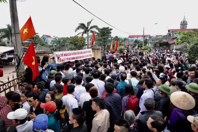 Hàng trăm người dân tập trung tại Nhà văn hóa thôn Hoành khi chủ tịch TP về đối thoại - Ảnh: NGUYỄN KHÁNH