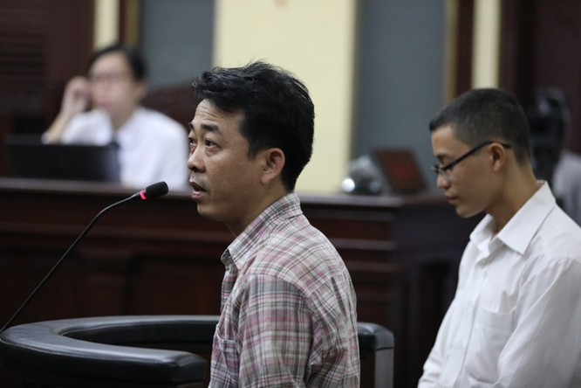 Bị cáo Nguyễn Minh Hùng trả lời thẩm vấn của Viện kiểm sát - Ảnh: HỮU KHOA