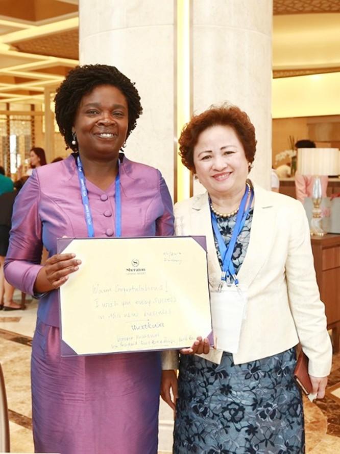 Bà Victoria Kwakwa và Bà Nguyễn Thị Nga chụp ảnh sau khi ký lưu niệm