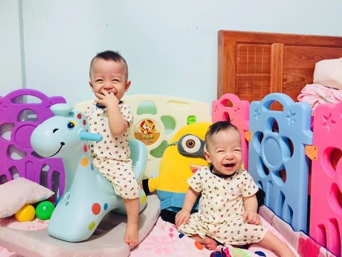Sau 8 tháng ghép tế bào gốc chữa xơ phổi tại Vinmec, hiện tại Hoàng Thiên (trái) đã phát triển tương đương với em trai song sinh.