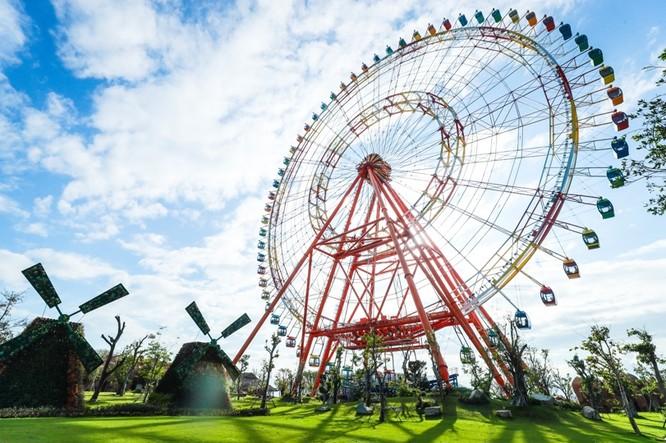 Du khách có thể nhìn thấy Sky Wheel khổng lồ từ bất cứ góc độ nào tại Vinpearl. Đây là nơi lý tưởng nhất để ngắm toàn cảnh vịnh Nha Trang, đặc biệt là trong thời khắc hoàng hôn.
