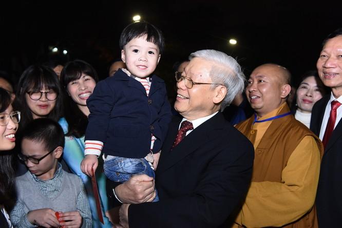 Nhiều người dân đến chụp hình lưu niệm cùng Tổng bí thư Nguyễn Phú Trọng.