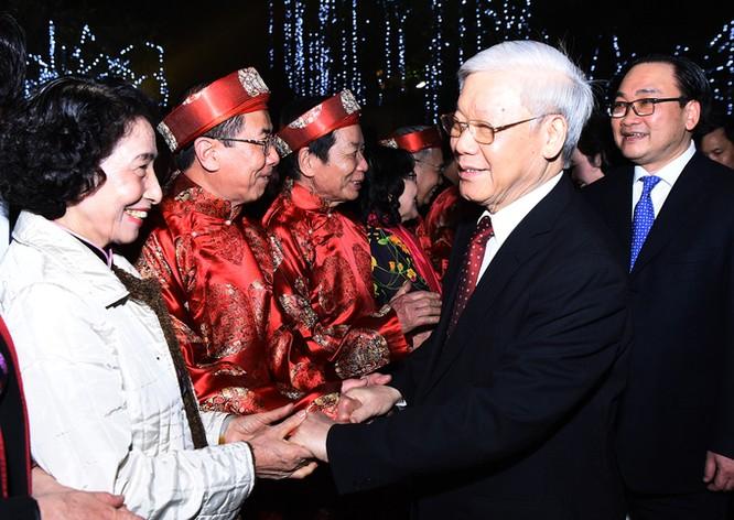 Người đứng đầu Đảng đã cùng lãnh đạo Thủ đô đến khu vực Hồ Gươm, trò chuyện với người dân đang chờ đón giao thừa ở phía trước tượng đài Lý Thái Tổ.