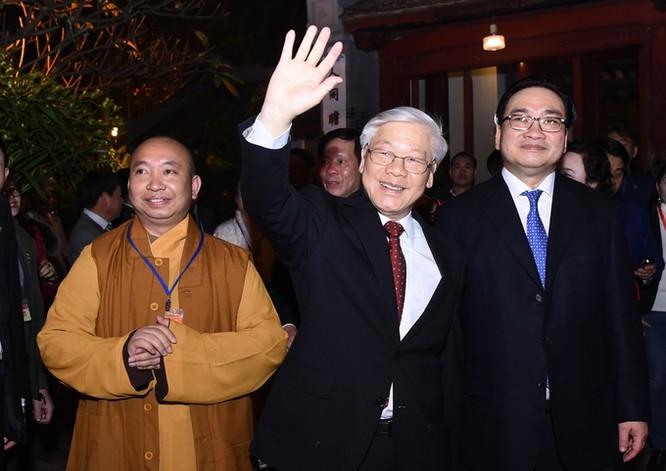 Lãnh đạo Đảng vẫy tay chào người dân đang đón giao thừa ở Hồ Gươm.