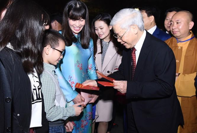 Tổng bí thư thăm hỏi, chúc Tết, mừng tuổi các cháu bé đang cùng gia đình tề tựu quanh Hồ Gươm chờ đón giao thừa.