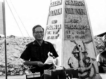 Đại tướng Lê Đức Anh ở quần đảo Trường Sa năm 1988 (Ảnh tư liệu)