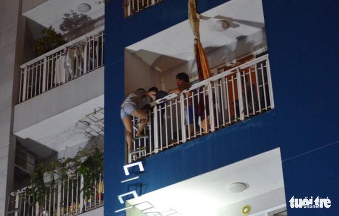 Người dân được hướng dẫn leo thang thoát thân - Ảnh: LÊ PHAN