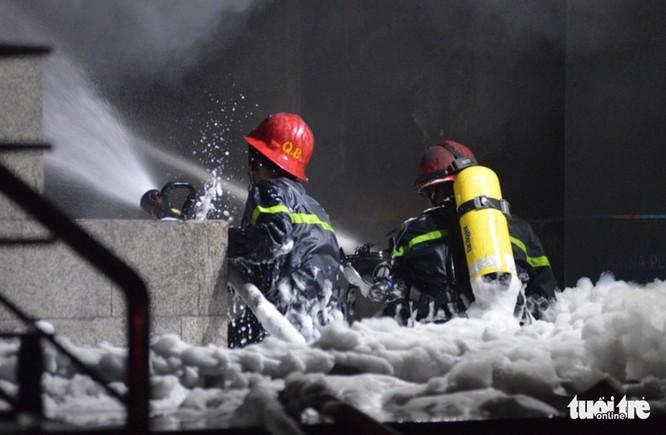May mắn là lực lượng chức năng đã kịp thời có mặt và đám cháy xảy ra ở tầng thấp nên sớm được khống chế - Ảnh: LÊ PHAN