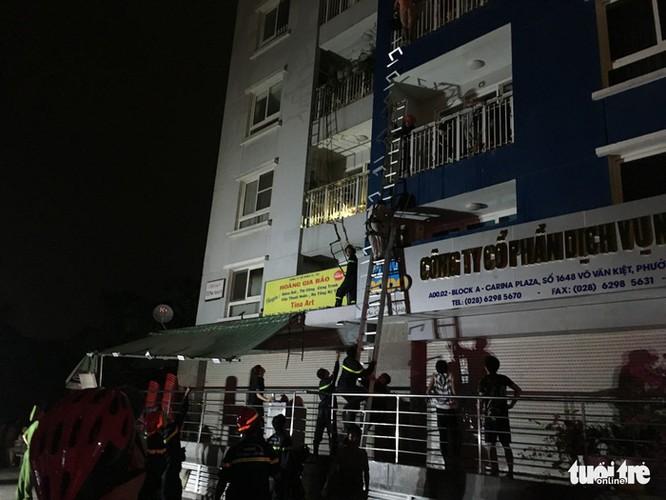 Lực luợng phòng cháy chữa cháy dùng thang giải cứu người mắc kẹt ở các tầng trên - Ảnh: LÊ PHAN