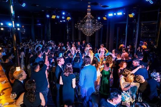 """Glitz&Glamour là """"đêm thượng lưu"""" đầu tiên được tổ chức tại khách sạn cao nhất Đông Nam Á. Mặc dù mới chính thức đi vào hoạt động cuối tháng 4 vừa qua, nhưng Vinpearl Luxury Landmark 81 đã và đang được biết tới như một địa điểm đẳng cấp cho giới tinh hoa thành đạt và người sành điệu"""
