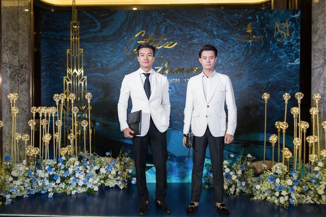 Diễn viên điện ảnh Hiếu Nguyễn và Anh Dũng bên biểu tượng Landmark 81 tại 1 trong 3 thảm đỏ sang trọng