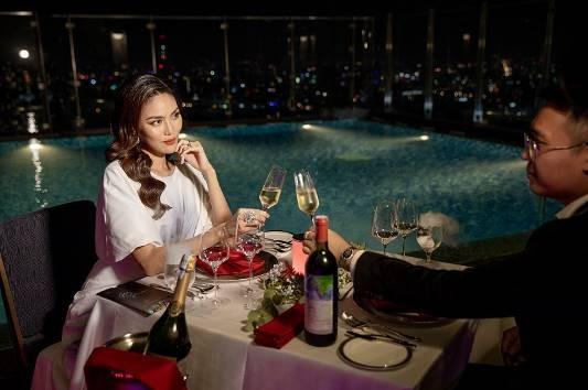 Có thể là dùng tiệc nhẹ lãng mạn tại bể bơi ở tầng 47, với tầm nhìn 360 độ bao quát toàn cảnh thành phố như Lan Khuê