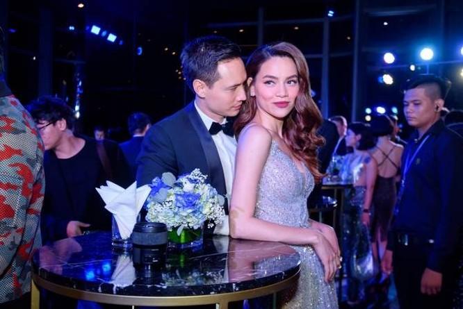 Trong khi đó, cặp đôi vàng Hà Hồ và Kim Lý gần như không rời bước khỏi nhau suốt dạ tiệc