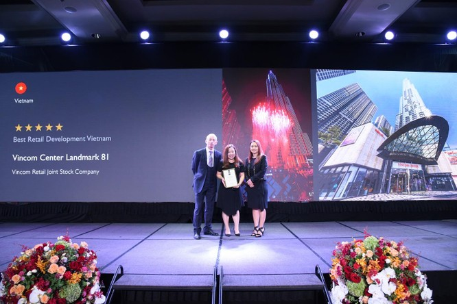 """Đại diện Công ty cổ phần Vincom Retail (đứng giữa) nhận giải thưởng""""Trung tâm thương mại tốt nhất Việt Nam"""" tại đêm trao giải APPA 2019 tổ chức tại Thái Lan"""