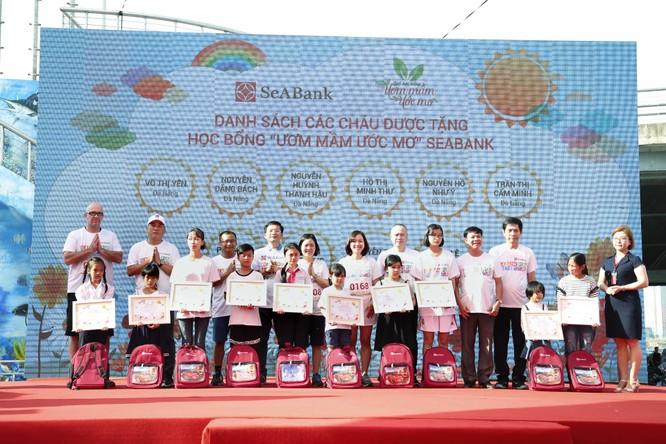 SeABank và các nhà tài trợ trao tặng 10 suất học bổng Ươm mầm Ước mơ cho các em học sinh giỏi có hoàn cảnh khó khăn ở thành phố Đà Nẵng, Huế, Quảng Ngãi, Quảng Trị.
