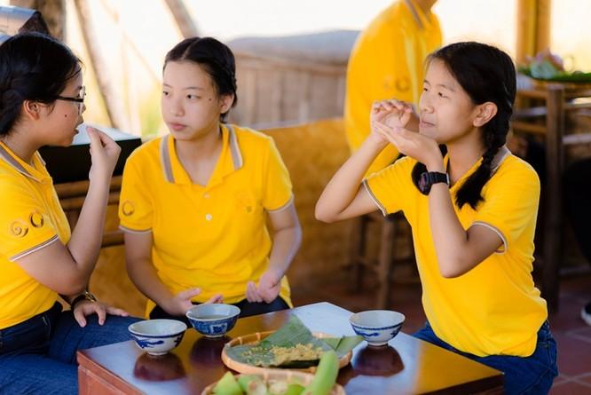 """""""Em đã xem nhiều bộ phim về Việt Nam, đồng lúa luôn hiện lên với hình ảnh rất đẹp. Nhưng trực tiếp gặt lúa, thấy xót ở tay và bóc lấy hạt gạo trắng bên trong như thế này là điều em chưa từng làm bao giờ mặc dù Thái Lan cũng có rất nhiều ruộng lúa."""" – Thành viên đoàn thiếu nhi Thái Lan hào hứng chia sẻ."""