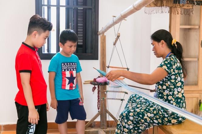 """""""Em từng đọc về nghề dệt của các dân tộc tại Việt Nam có nhiều điểm khác biệt. Nhưng phải đến đây em mới hiểu rõ sự khác biệt của từng cách dệt vải khác nhau. Những con tằm nhỏ bé mới nhìn có vẻ đáng sợ nhưng lại làm thành những sợi vải thật mềm mại""""."""