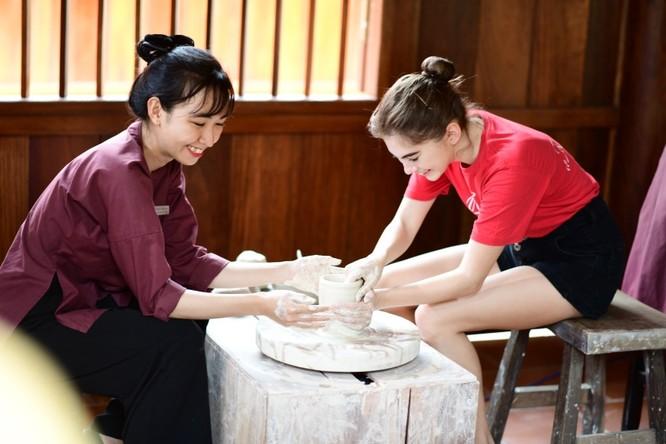 """Tự tay nặn được một chiếc cốc gốm theo phương pháp làm nghề truyền thống Việt Nam, thành viên nhỏ tuổi nhất đoàn Nga phấn khích: """"Ước gì Vinpearl Land ở gần ngay cạnh nhà thì ngày nào em cũng muốn được đến đây để học nghề làm gốm""""."""