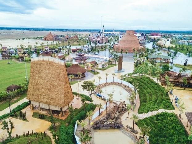 Rời khỏi khu làng nghề truyền thống, những gian nhà xưa đặc trưng Nam Bộ, nhà rường Huế, nhà Bắc Bộ, nhà dài Ê đê… tái hiện một khu làng văn hóa các dân tộc Việt Nam vô cùng sinh động.