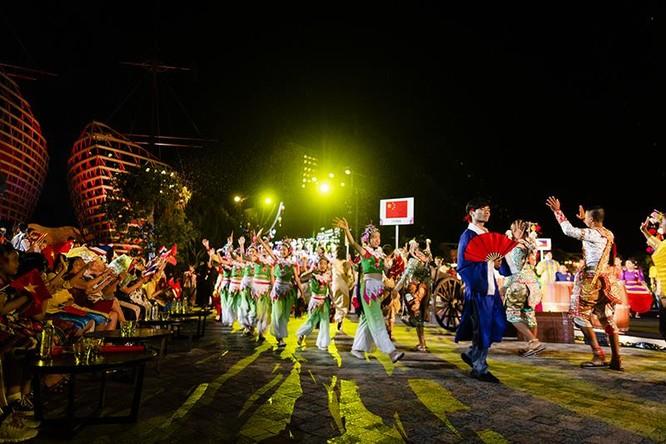 Đoàn Thái Lan mở đầu đêm diễn với tiết mục múa Khòn Ramakien điêu luyện, gây ấn tượng mạnh với người xem.