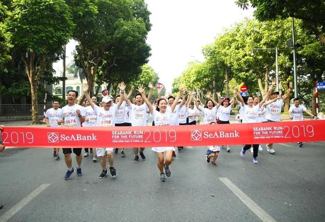 Gần 2.300 người tham gia giải chạy cộng đồng gây quỹ học bổng cho trẻ em nghèo hiếu học tại Hà Nội ảnh 3