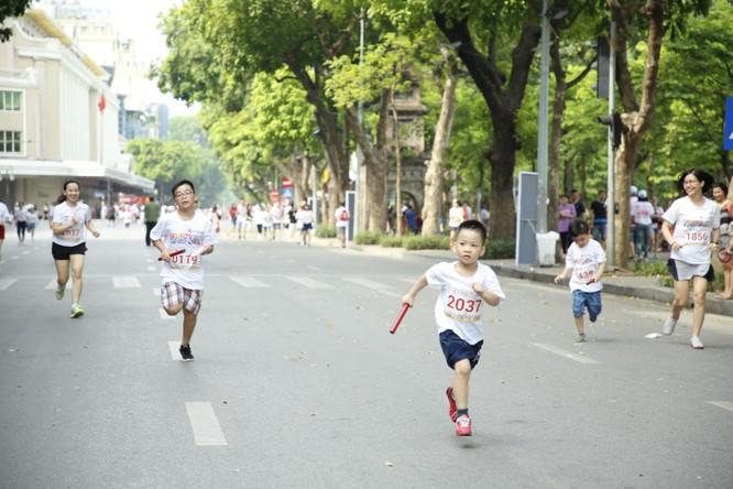 Gần 2.300 người tham gia giải chạy cộng đồng gây quỹ học bổng cho trẻ em nghèo hiếu học tại Hà Nội ảnh 2