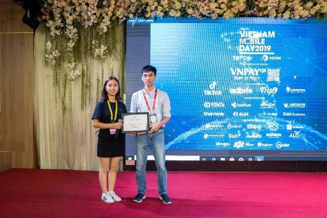 Ban tổ chức trao chứng nhận cho đại diện của Sunshine Tech