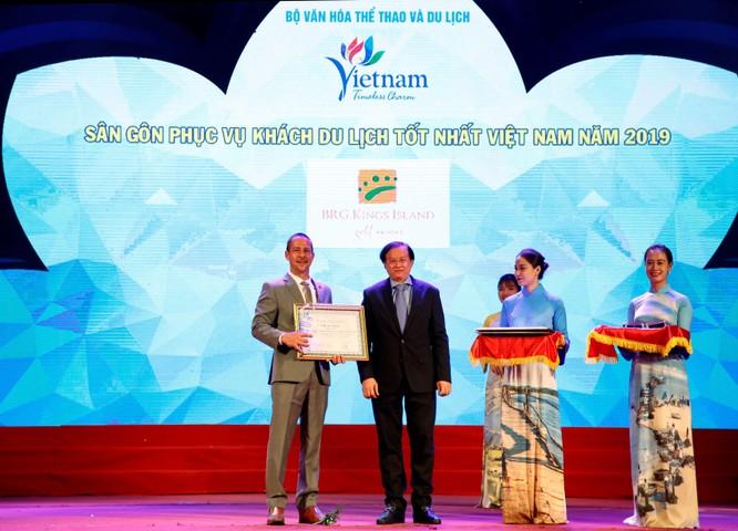 Ông Evans Mahoney nhận giải sân gôn phục vụ khách du lịch tốt nhất Việt Nam 2019 cho sân BRG Kings Island Golf Resort.