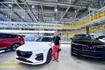 """Ông Nguyễn Đình Hiếu, Tổng giám đốc Công ty CP Kinh doanh vật tư thiết bị và vận tải Gia Nguyễn cũng không giấu được sự hào hứng: """"Tôi rất xúc động và cảm ơn VinFast đã biến giấc mơ ô tô Việt trở thành hiện thực. Từ hôm nay, VinFast Lux A2.0 sẽ là chiếc xe tôi sử dụng hàng ngày với sự tự hào khi là một trong những người đầu tiên sở hữu chiếc xe thương hiệu Việt đẳng cấp quốc tế""""."""