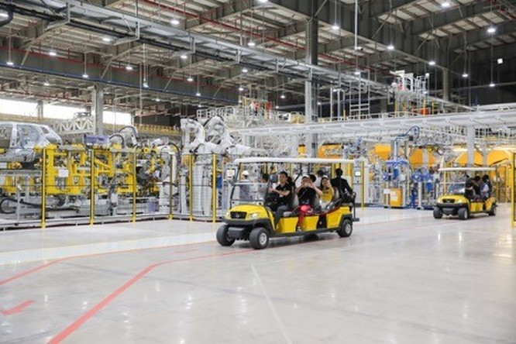 Tại xưởng thân vỏ, ai cũng thích thú ngắm hơn 1.200 robot ABB phối hợp nhịp nhàng để hàn ghép hơn 6.000 mối hàn, tạo thành thân vỏ của 02 dòng xe Sedan Lux A2.0 và SUV Lux SA2.0.