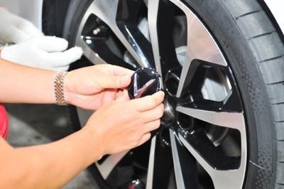 ưới sự hướng dẫn giám sát của kỹ thuật viên VinFast, từng khách hàng được tự tay đặt logo vào bánh xe - linh kiện cuối cùng để hoàn thiện chiếc xe VinFast do mình sở hữu.
