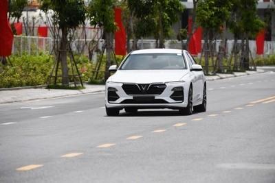 Những chủ sở hữu đầu tiên của dòng xe VinFast Lux phấn khích tăng tốc sau mỗi cung đường. Hai mẫu xe Lux ngay lập tức thể hiện phẩm chất tuyệt vời của mình khi tăng tốc nhanh, ôm cua chắc chắn, cách âm tuyệt đối.