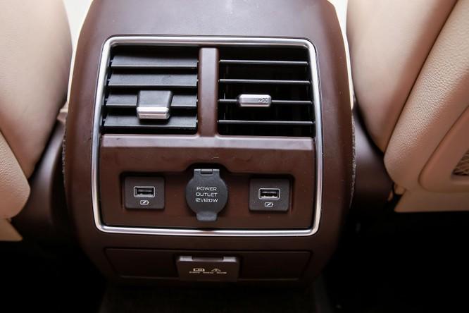 Lux A2.0 còn có nhiều tiện ích khác cho người dùng như nhiều vị trí cắm USB, sạc điện không giây hay nhiều đầu sạc khác. Hàng ghế phía sau tích hợp cửa gió điều hòa riêng có thể tự điều chỉnh.