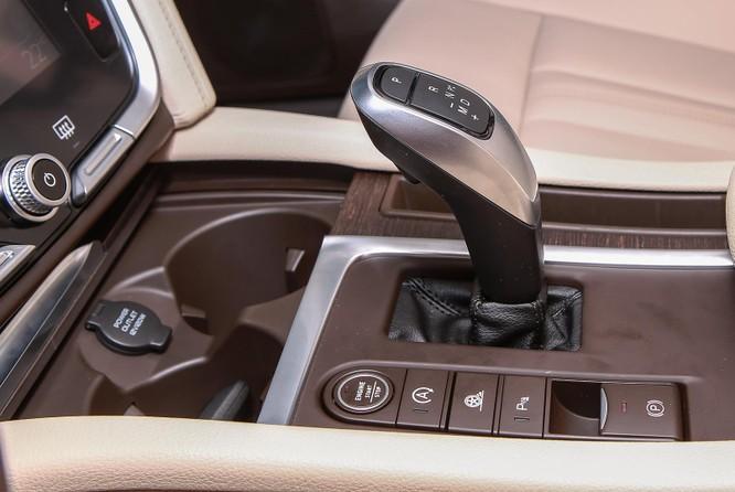 Mẫu sedan VinFast sử dụng cần số điện tử, phanh tay điện tử. Ngoài ra, xe còn có chức năng tạm dừng động cơ khi chờ đèn đỏ.