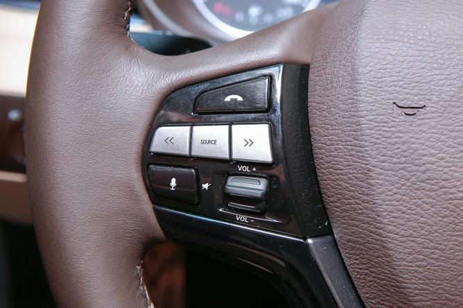 Vô lăng xe bọc da, hoàn thiện trau chuốt. Nhiều nút bấm tích hợp trên vô-lăng để thuận tiện cho người dùng như điều khiển bằng giọng nói, cài đặt kiểm soát hành trình, điều khiển chương trình media, hiển thị thông tin mong muốn ở màn hình phía sau.