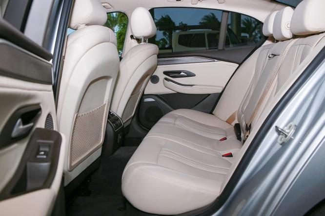 Toàn bộ ghế ngồi được bọc da cao cấp. Ghế lái và ghế phụ chỉnh điện. Hàng ghế sau có cửa gió điều hòa riêng. Giữa hai ghế có bệ tì tay và khay để cốc. Sedan cỡ trung của VinFast trang bị nhiều công nghệ toàn cho người lái như phanh ABS, phân bổ lực phanh điện tử EBD, hỗ trợ khởi hành ngang dốc, có cân bằng điện tử và chức năng chống trượt, chống lật. Xe cũng được trang bị 6 túi khí.