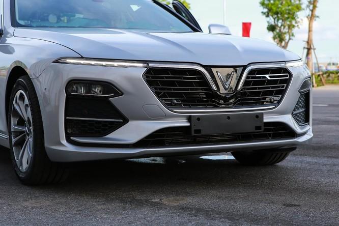Ngay phía dưới logo hình chữ V, VinFast Lux A2.0 được trang bị camera hỗ trợ quan sát 360 độ. Ngoài ra, còn có nhiều cảm biến va chạm ở phía đầu xe. Những đường nét thiết kế phần đầu toát lên nét cá tính và sang trọng