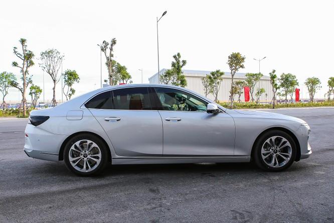 Hai bên sườn có những thanh nẹp chrome cho cảm giác cứng cáp. VinFast Lux A2.0 có kích thước dài, rộng, cao lần lượt 4.973 x 1.900 x 1.464. Trục cơ sở xe ở mức 2.968 mm, dài hơn nhiều dòng xe cỡ D khác trên thị trường. Do đó, khi nhìn ngang sedan VinFast cho cảm giác trường xe, bệ vệ.