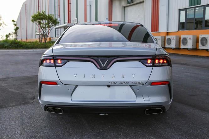 Trong khi đó, đuôi xe lại thiết kế theo phong cách thể thao với khe gió, đường ra ống xả đối xứng. Dải đèn hậu LED tạo hình cánh chim bắt mắt. Phía đuôi xe cũng được trang bị nhiều cảm biến và camera lùi.