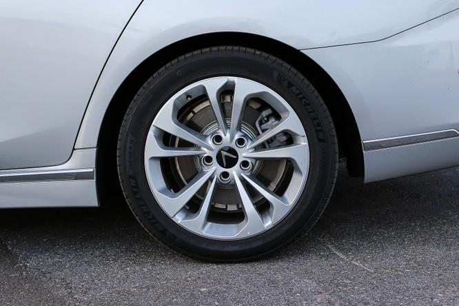 VinFast trang bị cho xe bộ la-zăng kích thước 18 inch tiêu chuẩn và có tùy chọn lên 19 inch. Gương chiếu hậu trên xe tích hợp đèn báo rẽ và camera hỗ trợ quan sát quanh xe.