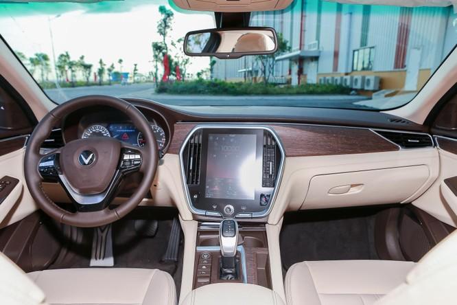 Trong khi đó, không gian cabin của xe khá giống với những chiếc Lux SA ở thiết kế táp-lô. VinFast sử dụng gỗ nguyên bản ốp lên táp-lô làm chiếc xe thêm phần sang trọng khi kết hợp cùng chất liệu da.