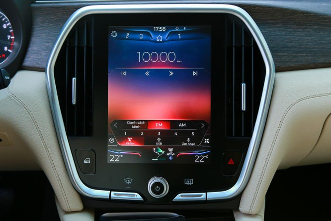 Cụm điều khiển trung tâm trang bị màn hình cảm ứng kích thước 10,4 inch. Toàn bộ giao diện điều khiển đều bằng tiếng Việt. VinFast cho phép người dùng thay đổi hình nền theo các chủ đề định sẵn là các danh thắng nổi tiếng của Việt Nam. VinFast Lux A2.0 hỗ trợ nhiều tính năng giải trí thời thượng như kết nối Apple CarPlay, Android Auto. Hệ thống âm thanh trang bị dàn loa chất lượng cao, cho những trải nghiệm âm nhạc tuyệt đỉnh.