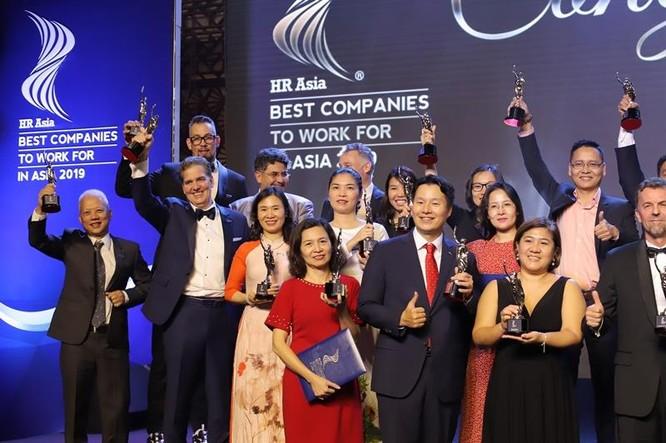 Bà Trần Thị Mỹ Hạnh – Phó Tổng Giám đốc Sun Group (áo trắng, ở giữa) cùng các doanh nghiệp được tôn vinh trong Top 50 doanh nghiệp có môi trường làm việc tốt nhất châu Á