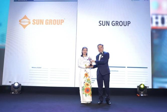 Bà Trần Thị Mỹ Hạnh – Phó Tổng Giám đốc Sun Group nhận giải thưởng Doanh nghiệp có môi trường làm việc tốt nhất châu Á