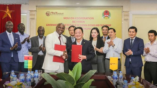 Ông Đỗ Quang Hiển - Chủ tịch HĐQT kiêm Tổng Giám đốc Tập đoàn T&T Group và ông Vicente Fernandes, Bộ trưởng Bộ Thương mại, Du lịch và Thủ công nghiệp Guinea Bissau ký bản ghi nhớ hợp tác giữa hai bên trong lĩnh vực kinh doanh nông sản