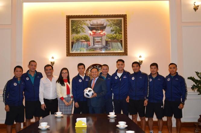 Đại sứ Ngô Đức Mạnh chụp ảnh lưu niệm cùng CLB bóng đá Hà Nội