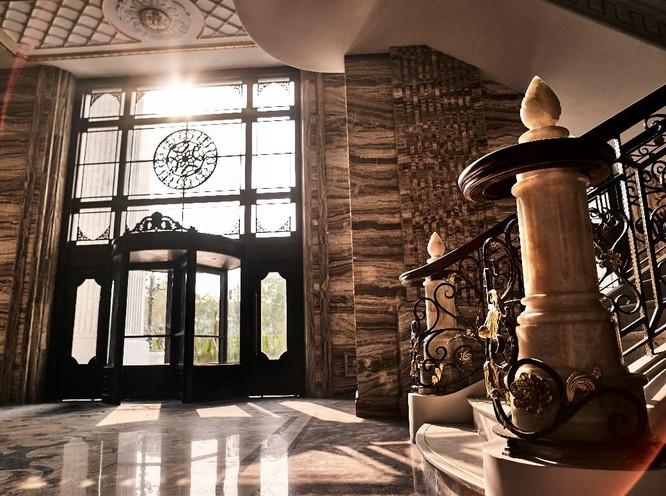 Đại sảnh với trần cao 12,5m mô phỏng cung điện Châu Âu tại D'. Palais Louis